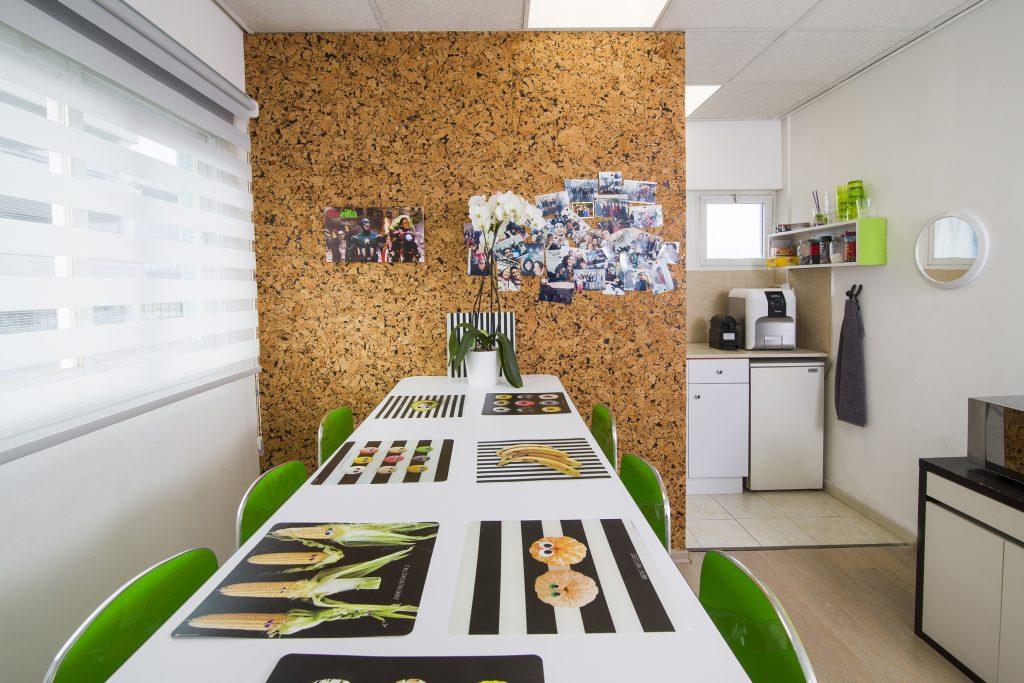 חדר אוכל - עיצוב פנים למשרדים ברעננה - דואט תכנון, עצוב פנים וניהול שיפוצים - קלאודיה ויסברג ליבנה, יעלי לוי קופל